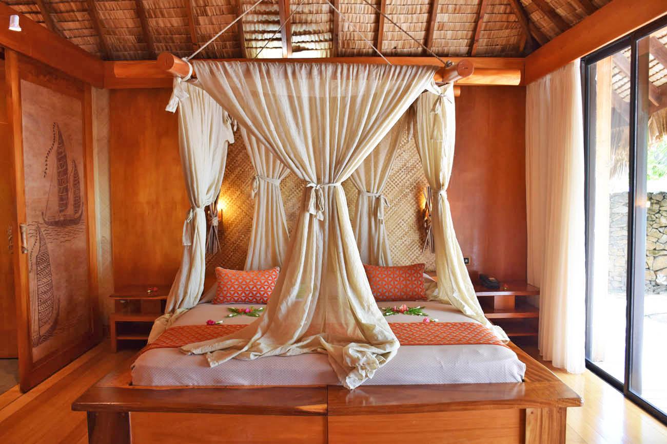 Detalhe para a cama linda de uma Beach Villa do Le Taha'a Island Resort | foto: Lala Rebelo