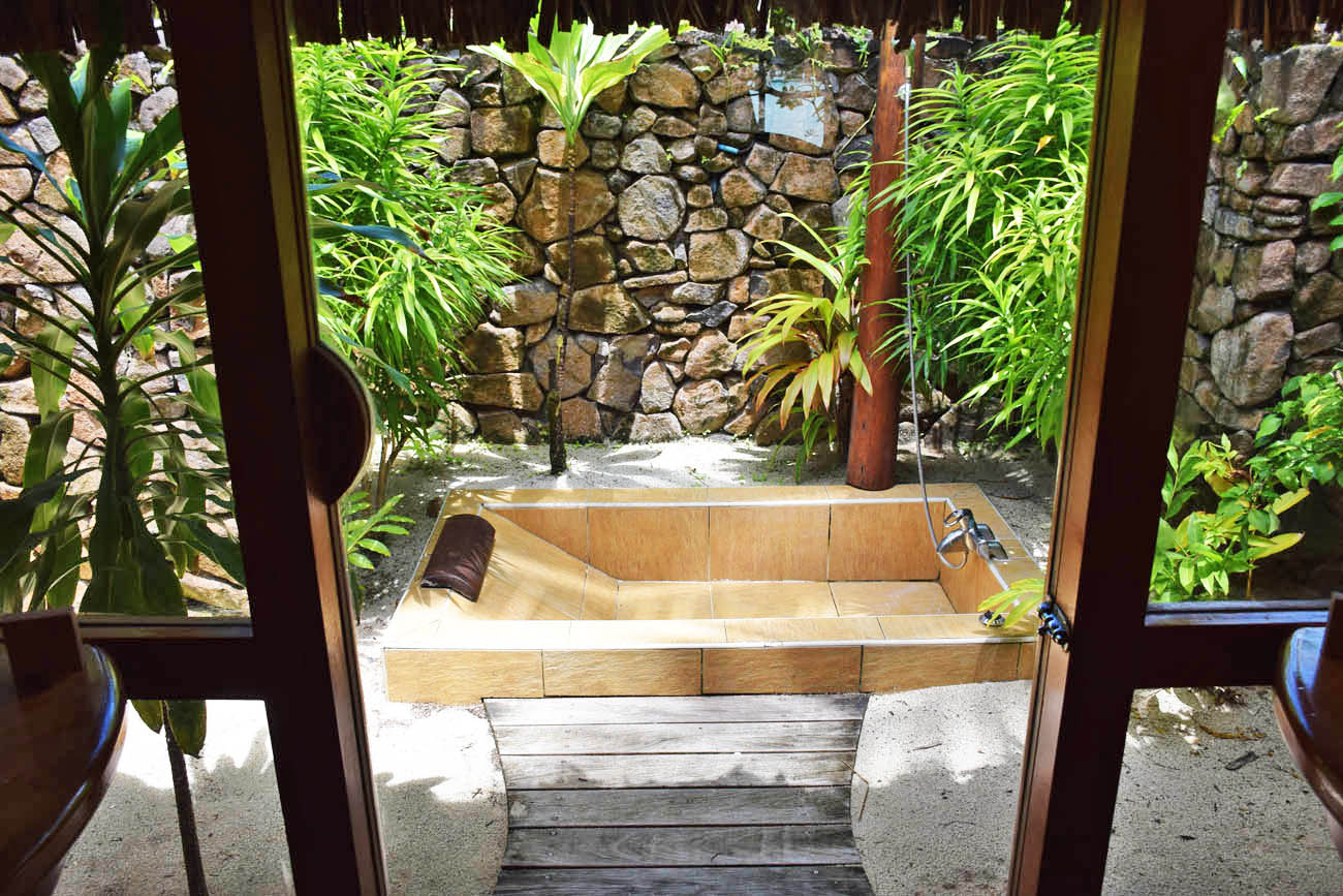 Banheira externa da Beach Villa - Le Taha'a Island Resort | foto: Lala Rebelo