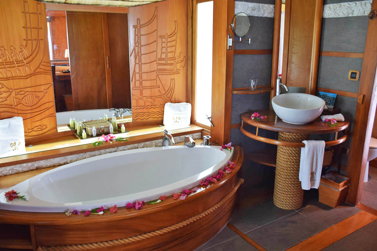 Dentro do bangalô do Le Taha'a Island Resort - Banheiro | foto: Lala Rebelo