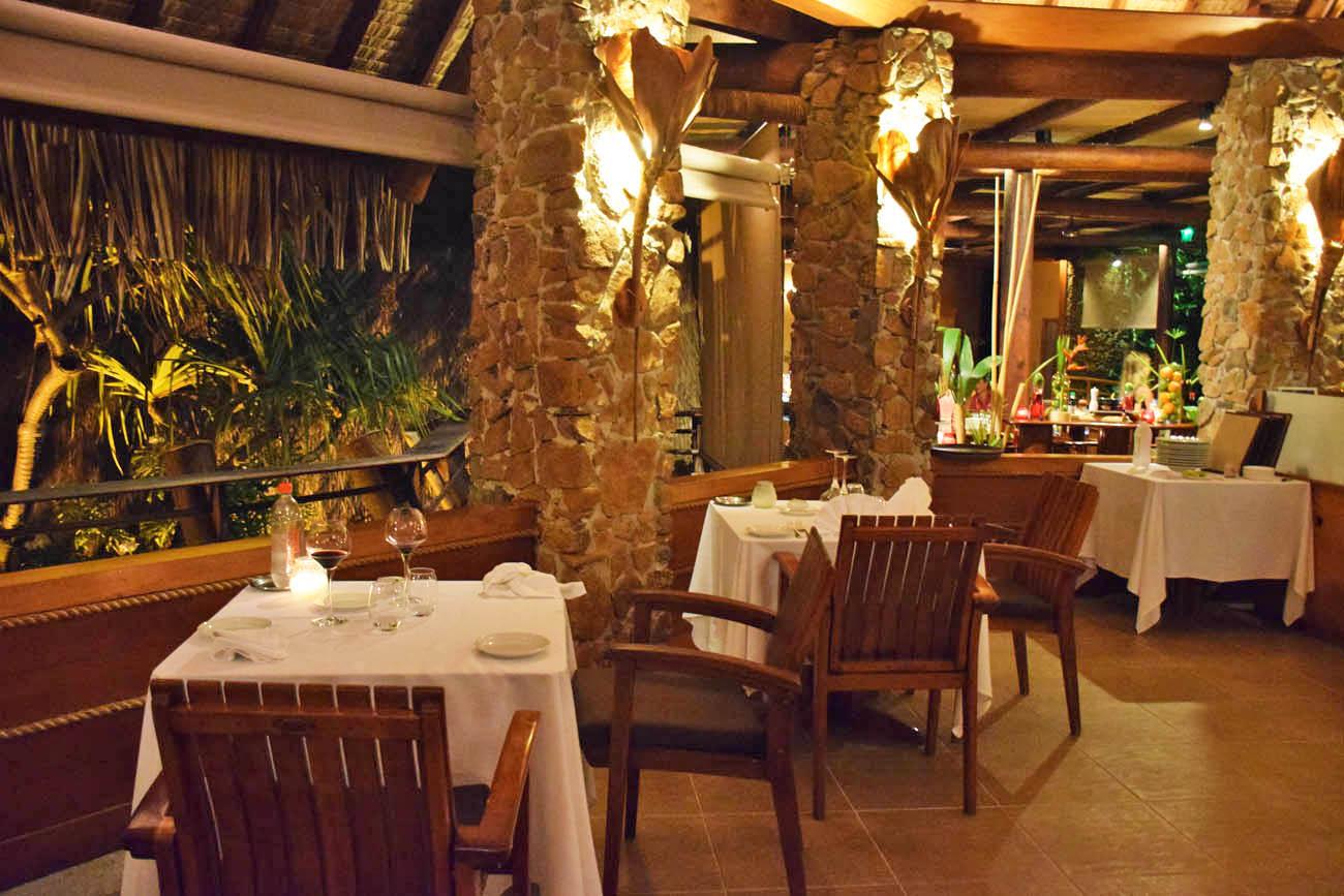 Mesas internas do Restaurante Le Vanille - Le Taha'a Island Resort | foto: Lala Rebelo