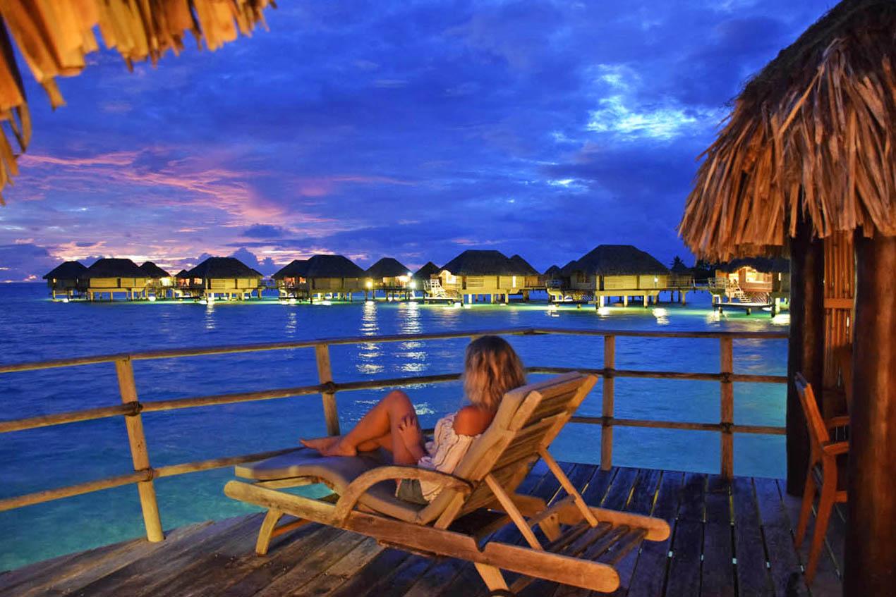 O deck do bangalô, no entardecer, também é lindo! Le Taha'a Island Resort | foto: Lala Rebelo