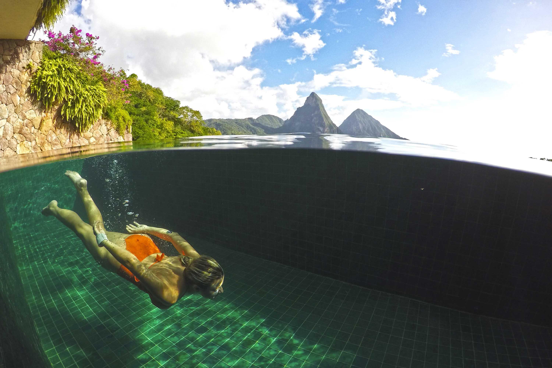 As piscinas são revestidas com vidro reciclado - Jade Mountain - St Lucia | foto: Lala Rebelo