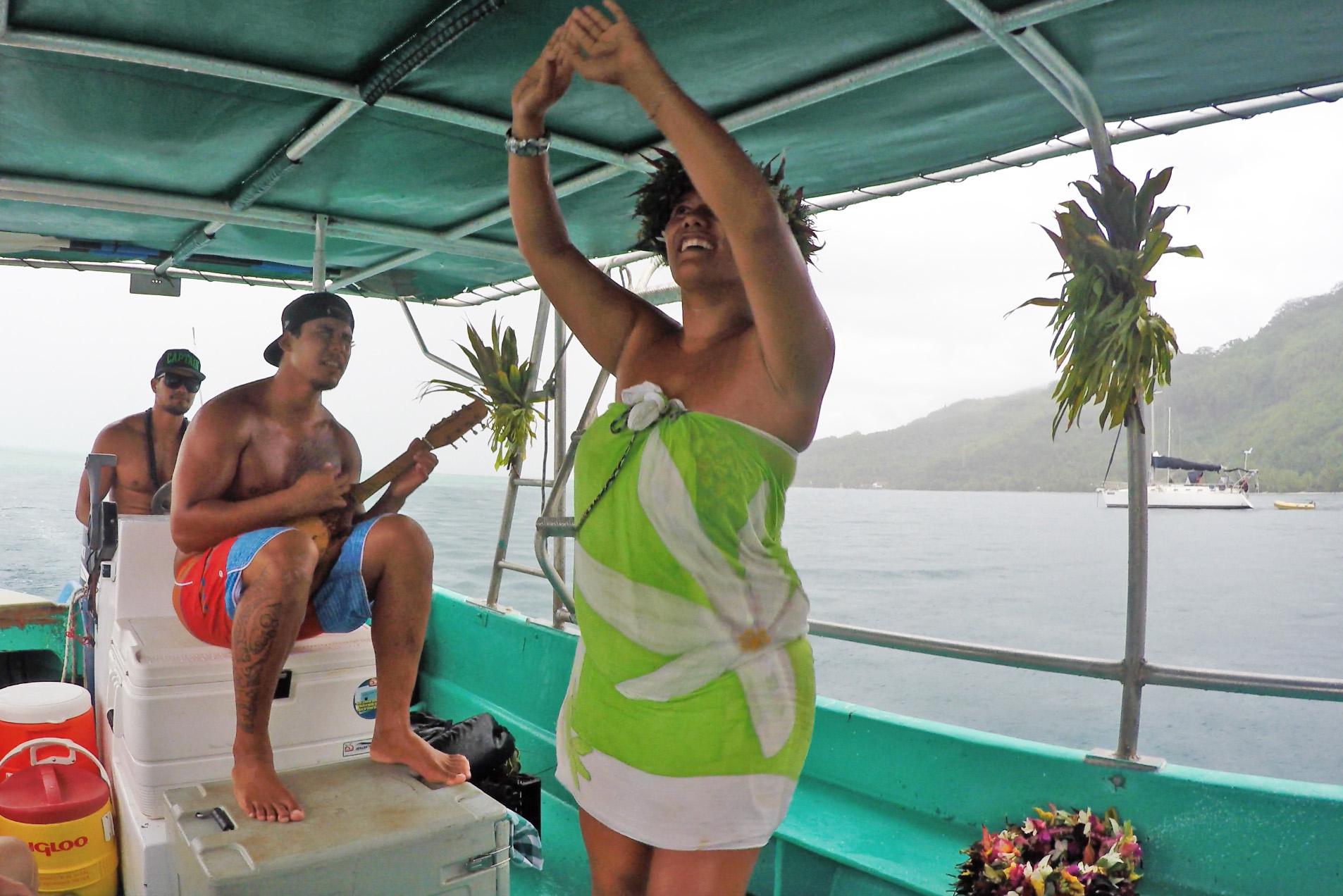 Danças típicas e músicas polinésias tocadas no Ukulele durante o passeio de barco da Poe Island Tour por Huahine | foto: Lala Rebelo