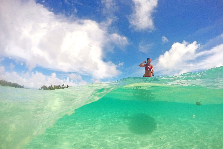 Bia Parra fazendo stand-up no Le Taha'a Island Resort | foto: Lala Rebelo