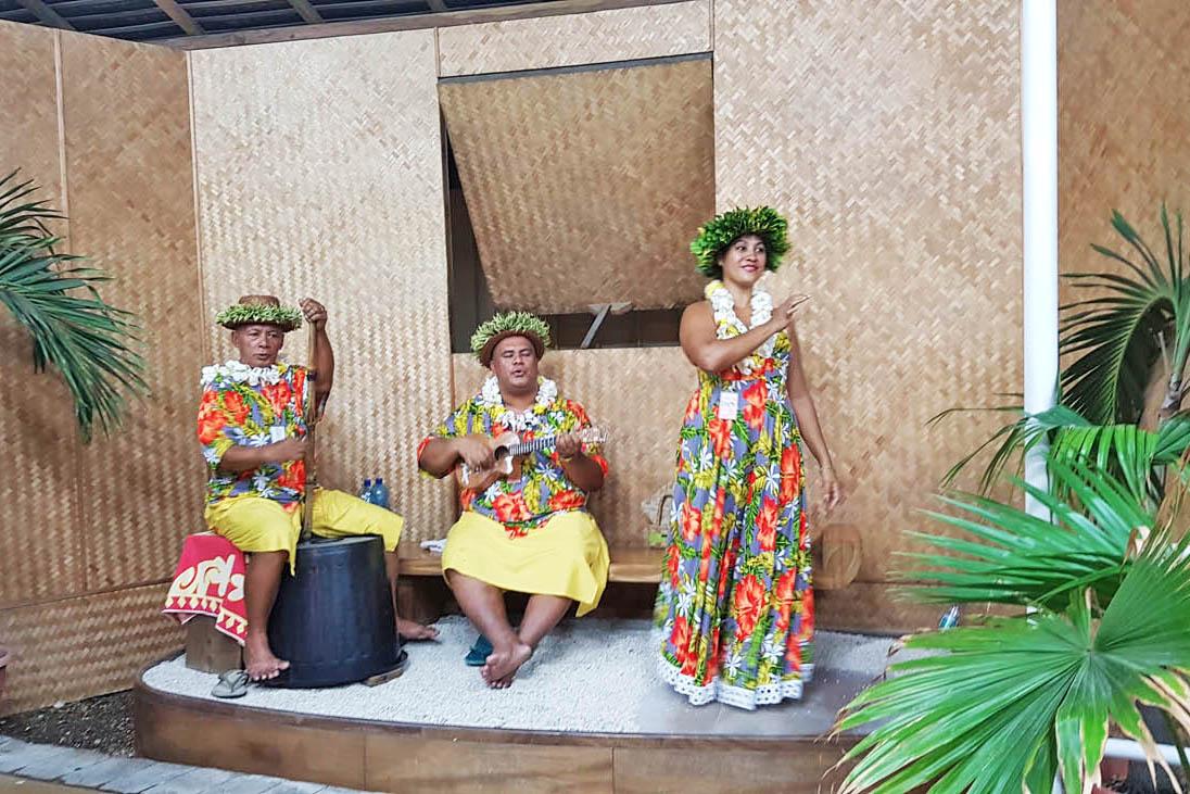 Música e dança típica na chegada no aeroporto do Tahiti | foto: Lala Rebelo