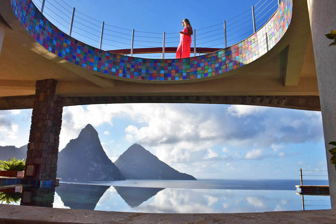 A piscina de borda infinita do hotel Jade Mountain, que fica no meio do restaurante