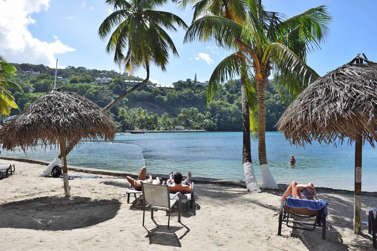 Em Marigot Bay, é possível alugar cadeiras para curtir a praia | foto: Lala Rebelo