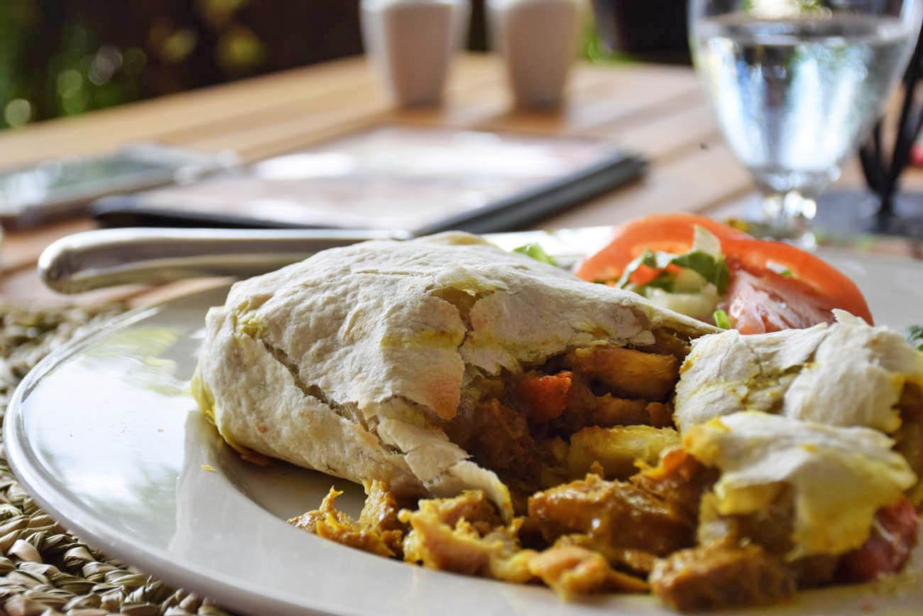 Típico roti de St Lucia, recheado com frango ao curry. Restaurante Trou Au Diable - St Lucia | foto: Lala Rebelo