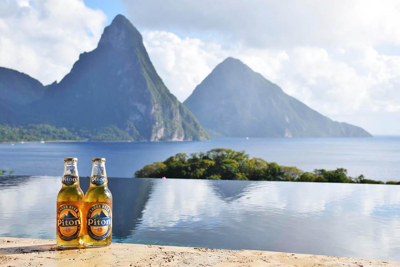 Cervejas Pitons e os Pitons atrás - Saint Lucia