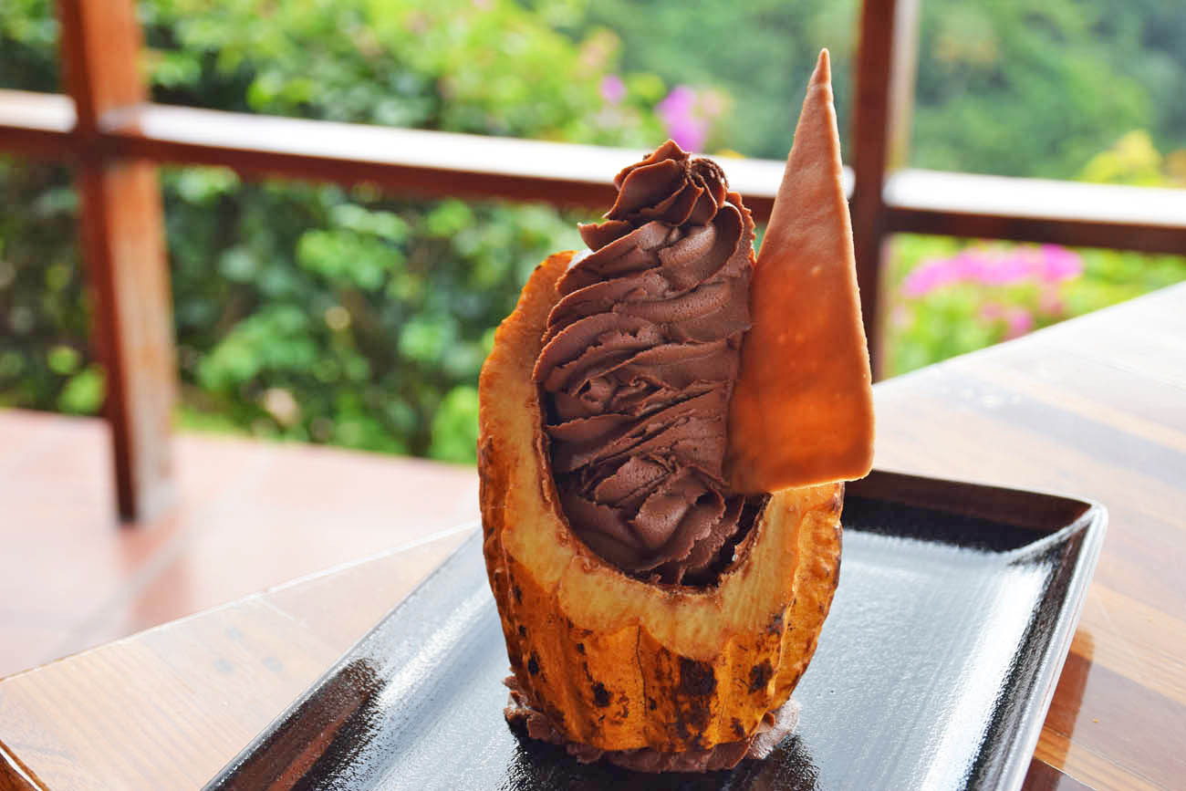 Sobremesa - mousse de chocolate no cacau - Restaurante Dasheene no hotel Ladera, em St Lucia | foto: Lala Rebelo