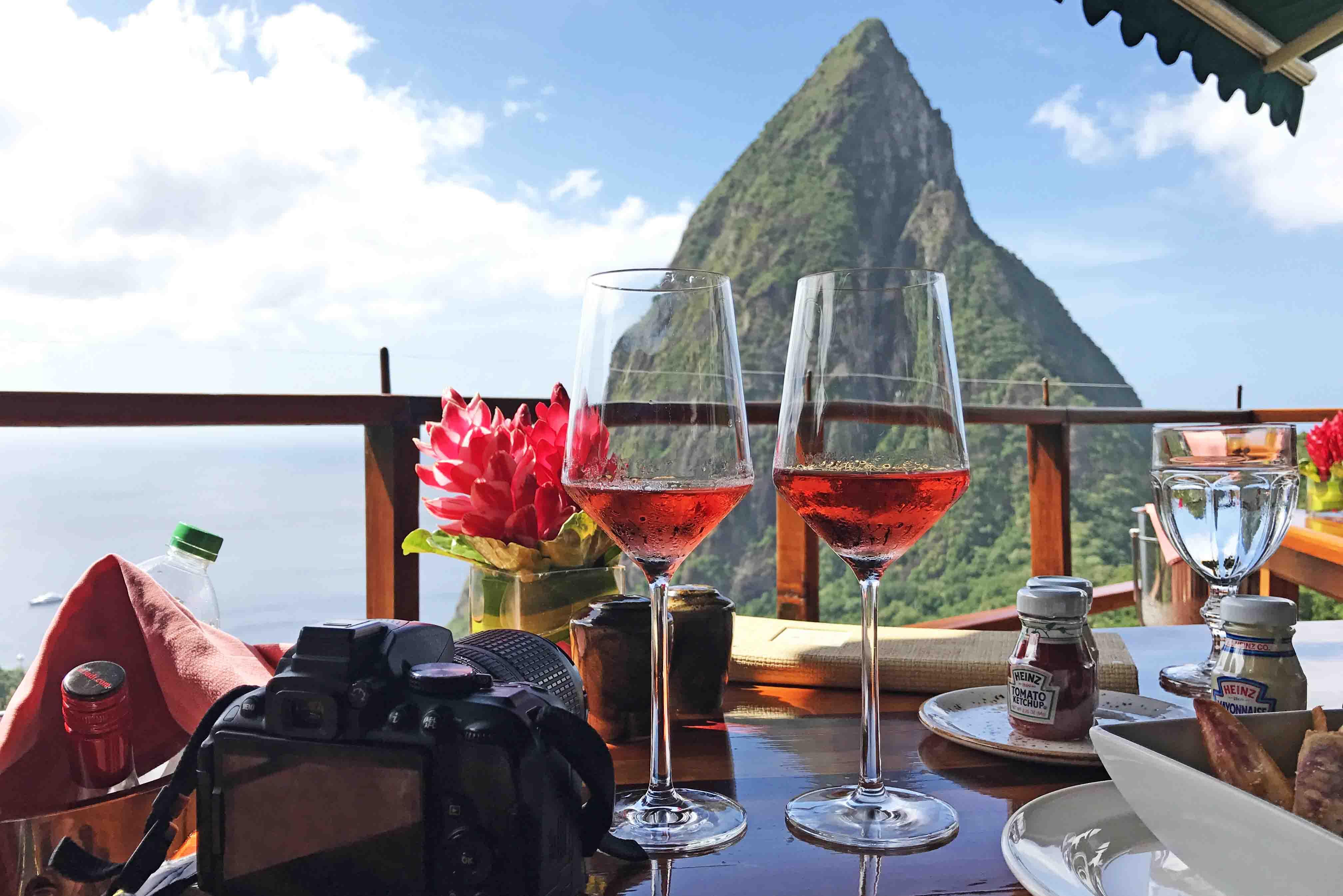 Restaurante com vista espetacular para os Pitons no hotel Ladera, em Saint Lucia | foto: Lala Rebelo