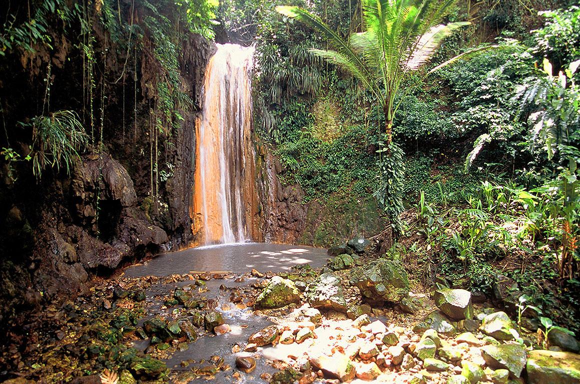 Diamond Falls em St Lucia - cachoeira com água quentinha | foto: divulgação