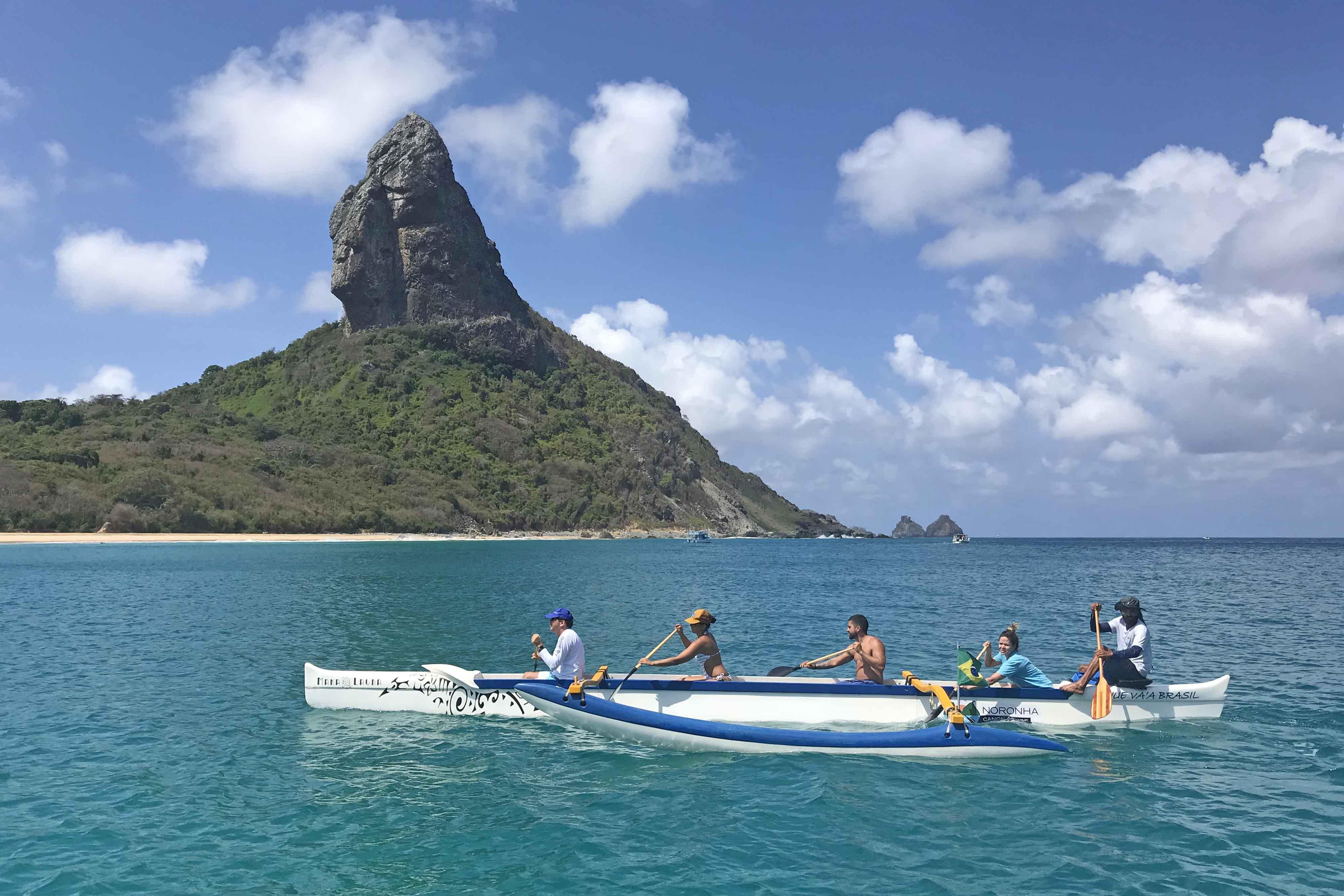Passeio de canoa havaiana em Fernando de Noronha - Lala Rebelo