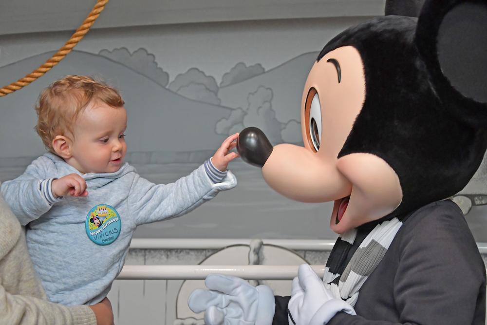 Disney com bebê - encontro com Mickey
