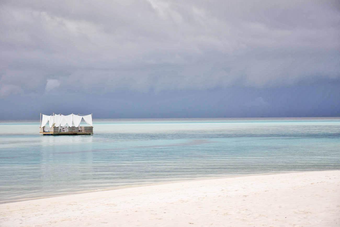 Jantares especiais na praia do Anantara Dhigu Maldivas - plataforma flutuante - dining by design