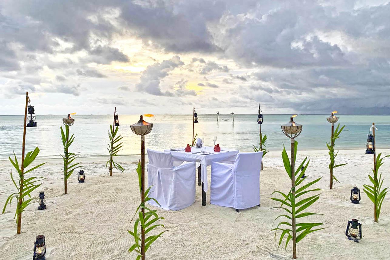 Jantares especiais na praia do Anantara Dhigu Maldivas