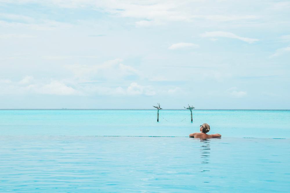 Anantara Dhigu Maldivas - piscina de borda infinita