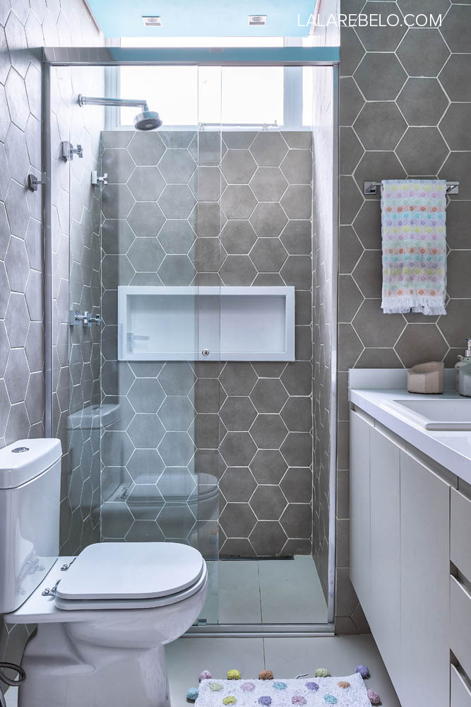 Banheiro hexágonos cimento teto colorido