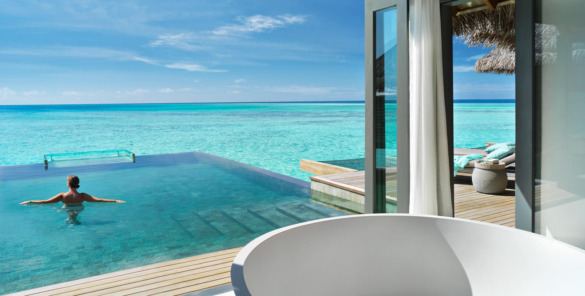 Vakkaru Maldives - overwater bungalow pool